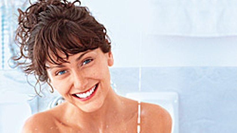 milchbad mit honig pflegt die trockene und empfindliche haut bild der frau. Black Bedroom Furniture Sets. Home Design Ideas