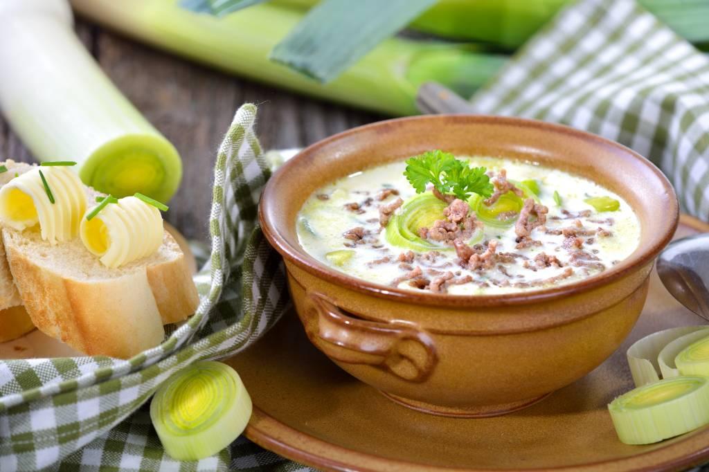 Käse-Lauch-Suppe: Diät-Rezept mit Hackfleisch - Bild der Frau