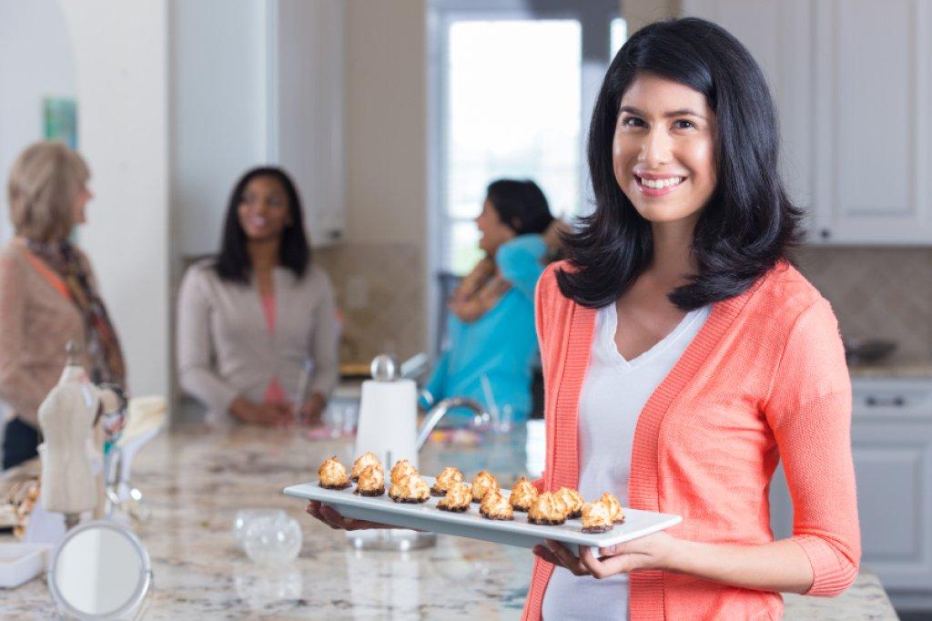 10 Tipps: So werden Sie zur perfekten Gastgeberin - Bild der Frau