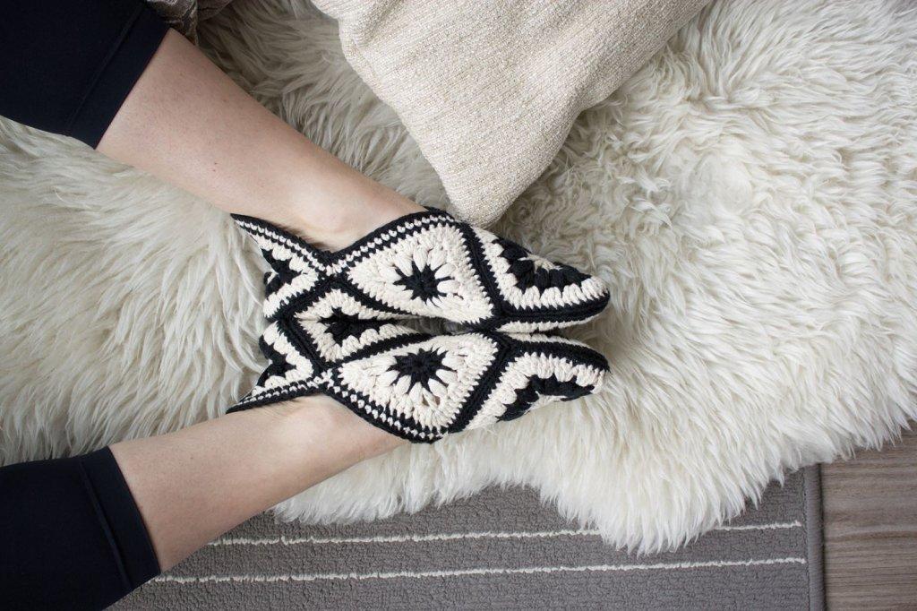 Hausschuhe häkeln: Süße Fußwärmer für Zuhause - Bild der Frau