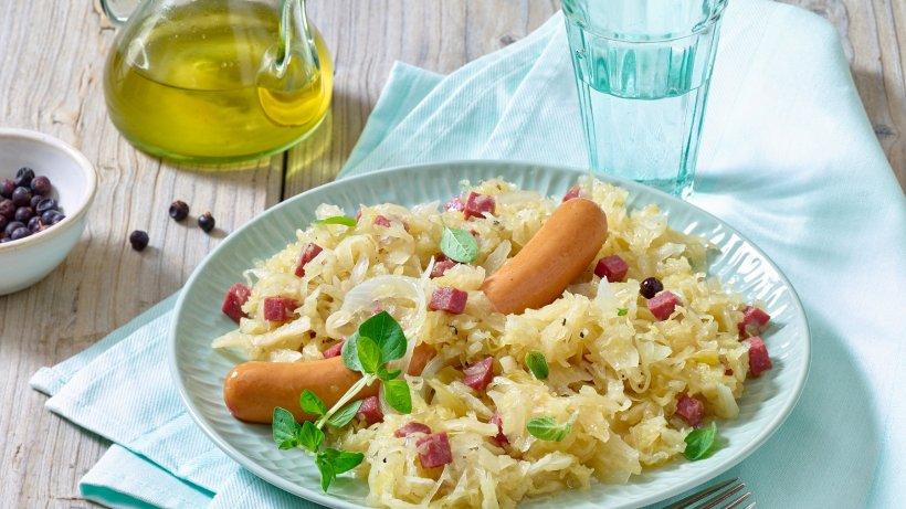 Deutsche Köstlichkeit: Sauerkraut mit Würstchen