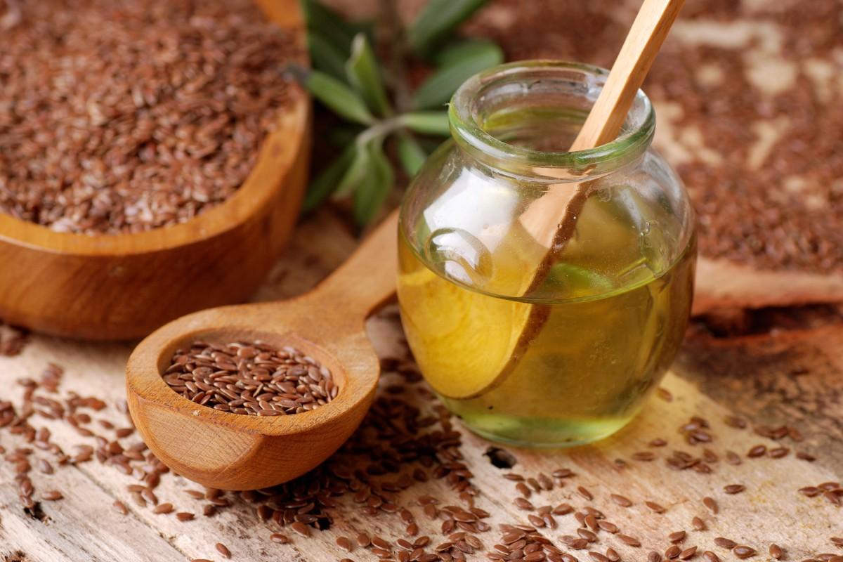 Leinöl • Darum sollten Sie täglich einen Löffel davon essen!