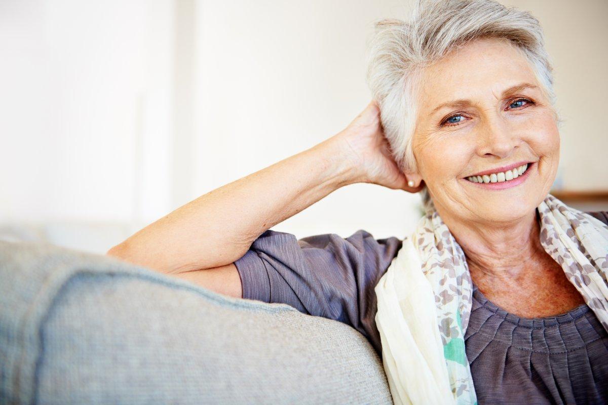 Graue Haare mit Strähnchen und Co aufpeppen: So geht's! mit Tönungen und Strähnchen neuen Pepp verleihen