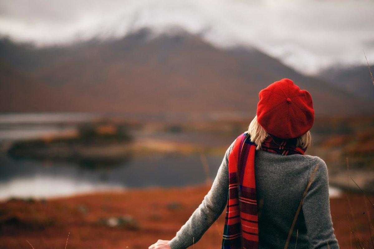 Winterfrisuren: So tragen Sie Mütze und Stirnband
