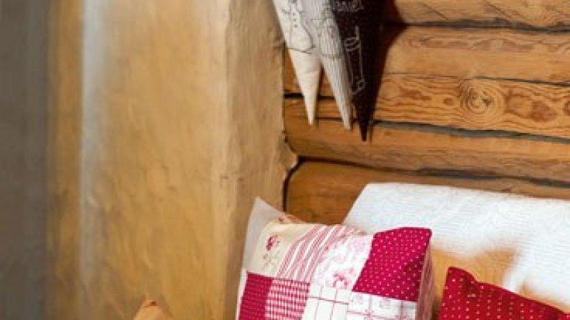 kissen mit herzmotiv bild der frau. Black Bedroom Furniture Sets. Home Design Ideas