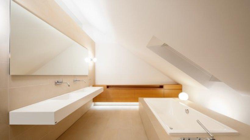 badezimmer mit dachschr ge 9 tolle einrichtungstipps. Black Bedroom Furniture Sets. Home Design Ideas