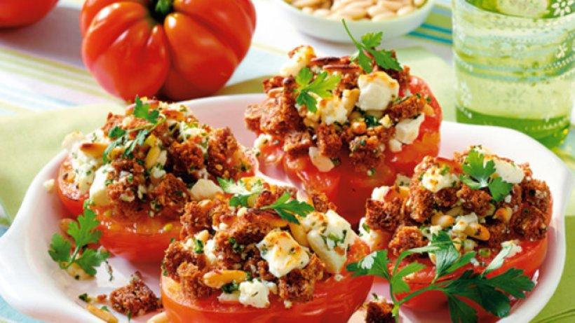 Schmor-Tomaten in Kräuterkruste