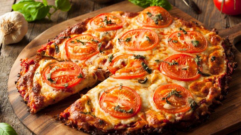 low carb pizza mit blumenkohl boden bild der frau. Black Bedroom Furniture Sets. Home Design Ideas