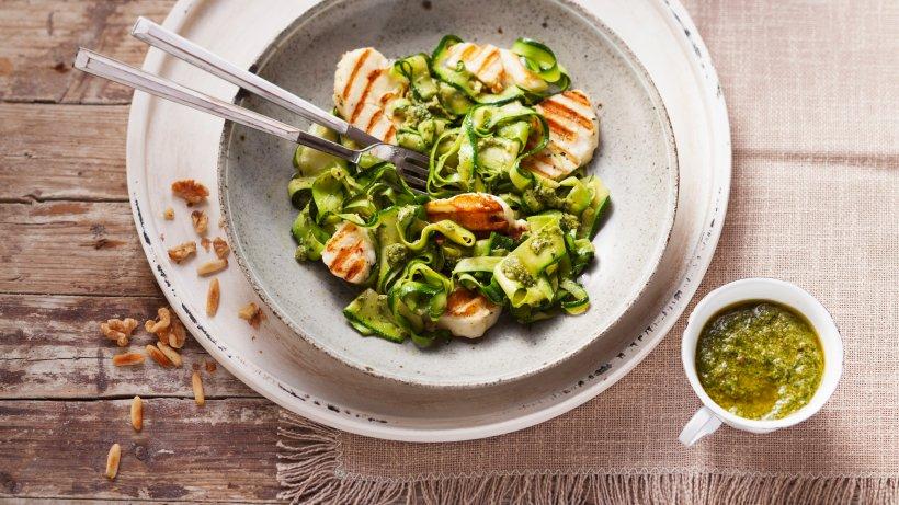 halloumi mit zucchini pesto nudeln leichtes low carb rezept bild der frau. Black Bedroom Furniture Sets. Home Design Ideas