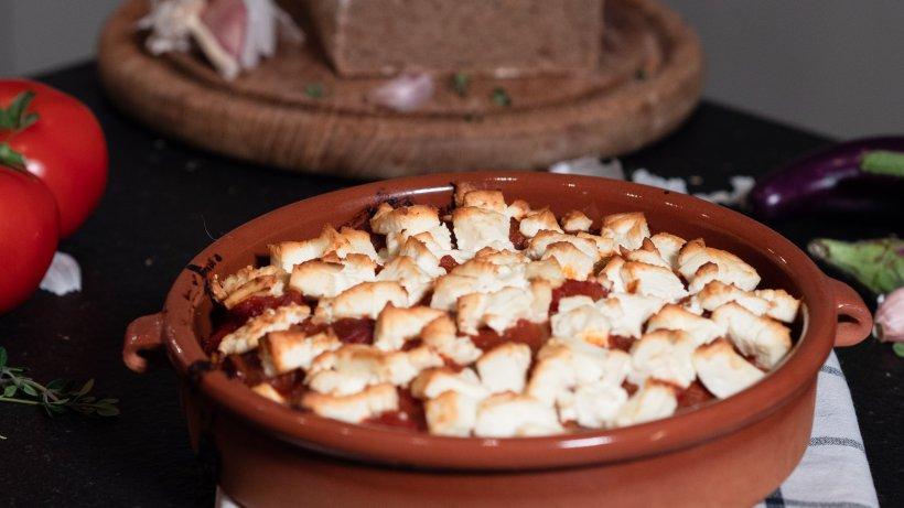 Griechischer Auberginenauflauf mit cremigem Feta