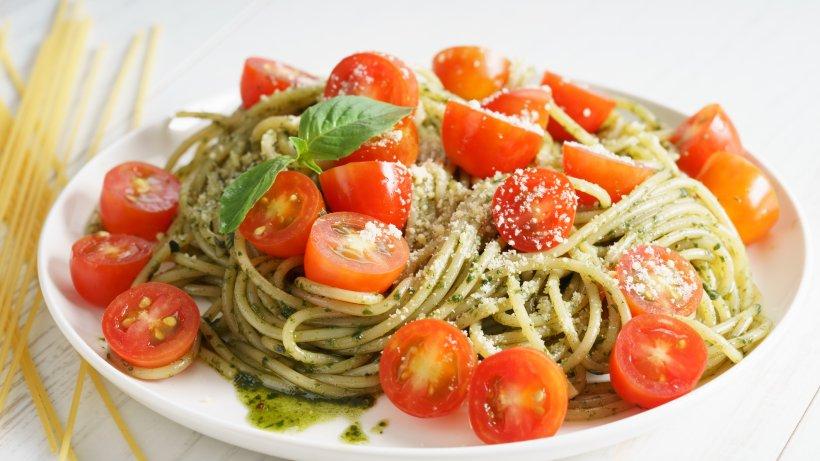 Sommerlicher Spaghettisalat: Ohne Mayo, dafür mit Pesto