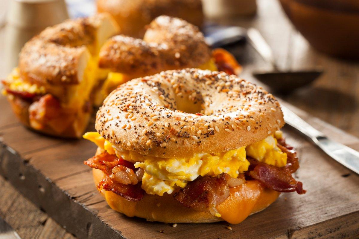 Bagel mit Rührei : Rezept mit Bacon & Käse zum Frühstück