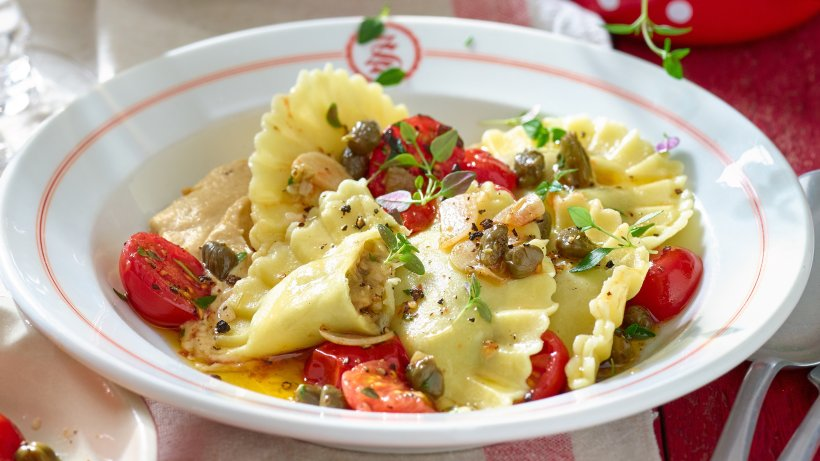 Mediterran-genie-en-Cremige-Auberginen-Scamorza-Ravioli-mit-Tomaten-und-Hummus
