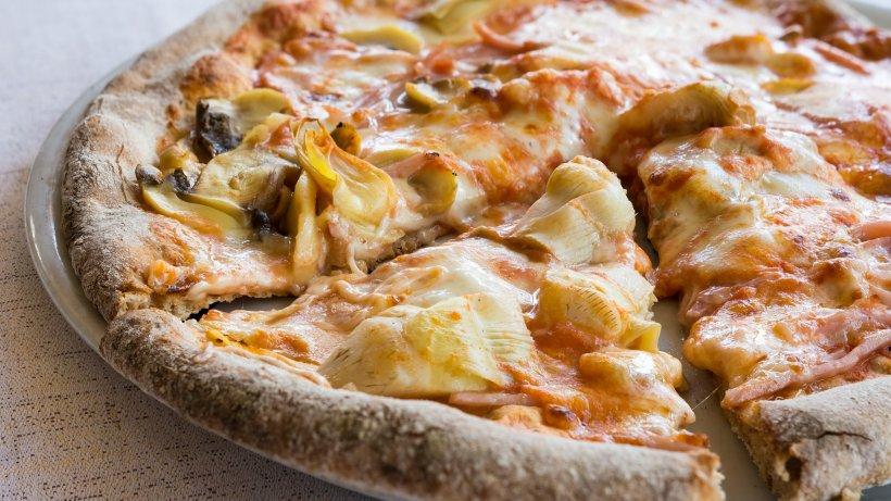 Unendlich-aromatisch-Pizza-mit-Artischocken-und-Schinken