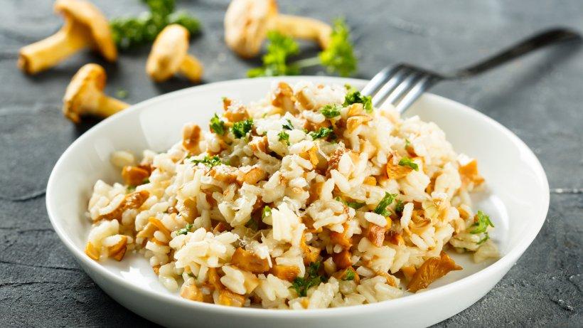 leckeres pilz risotto mit champignons pfifferlingen und kr utern bild der frau. Black Bedroom Furniture Sets. Home Design Ideas