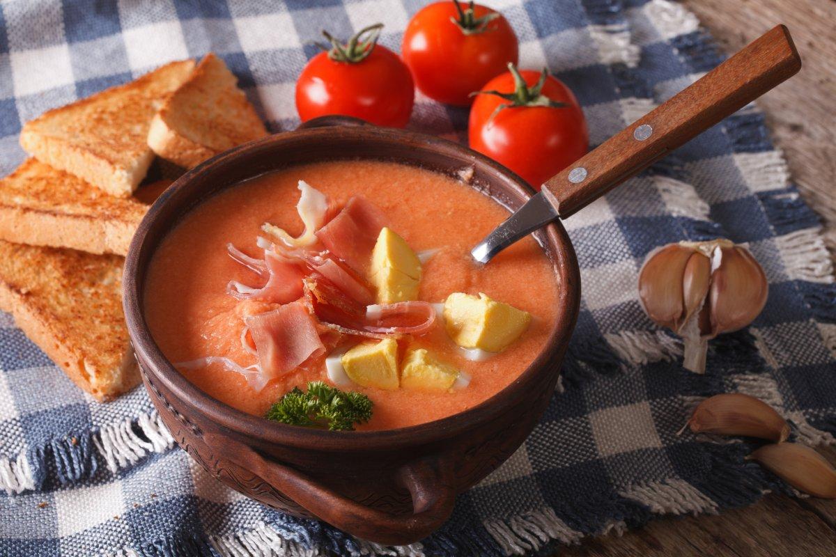 Spanische Gemüsesuppe mit Ei & Schinken