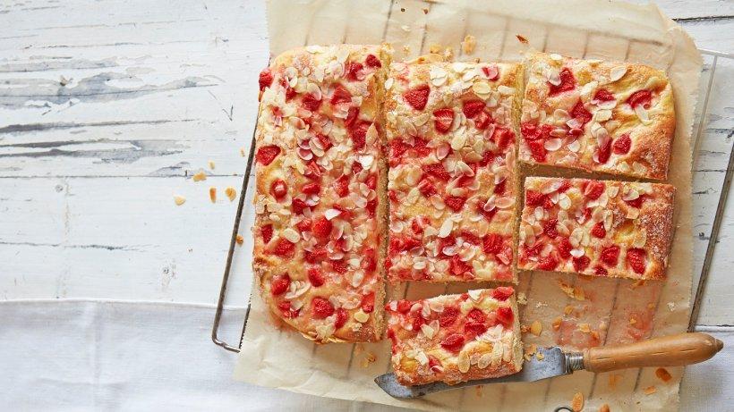 butterkuchen mit erdbeeren rezept f r butterkuchen vom blech. Black Bedroom Furniture Sets. Home Design Ideas