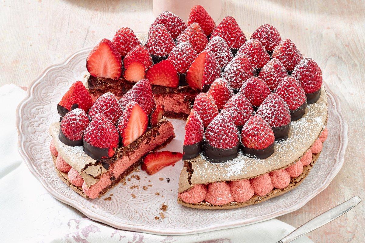 Riesen-Macaron-Torte: Rezept mit Erdbeeren
