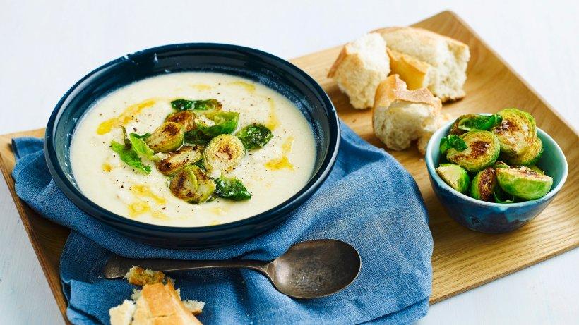 Leichter Genuss: Cremesuppe mit geröstetem Rosenkohl
