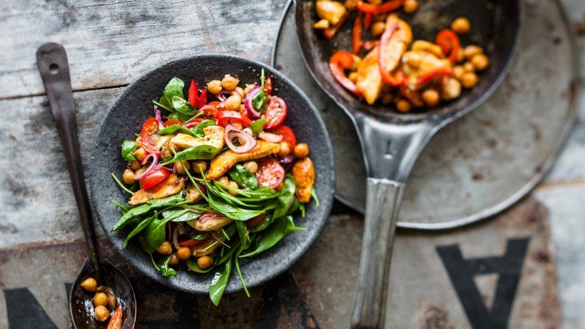 Raffinierter Kichererbsen-Salat mit Hähnchenbrust