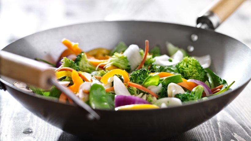 kochen im wok zubereitung mit der asiatischen gem sepfanne bild der frau. Black Bedroom Furniture Sets. Home Design Ideas