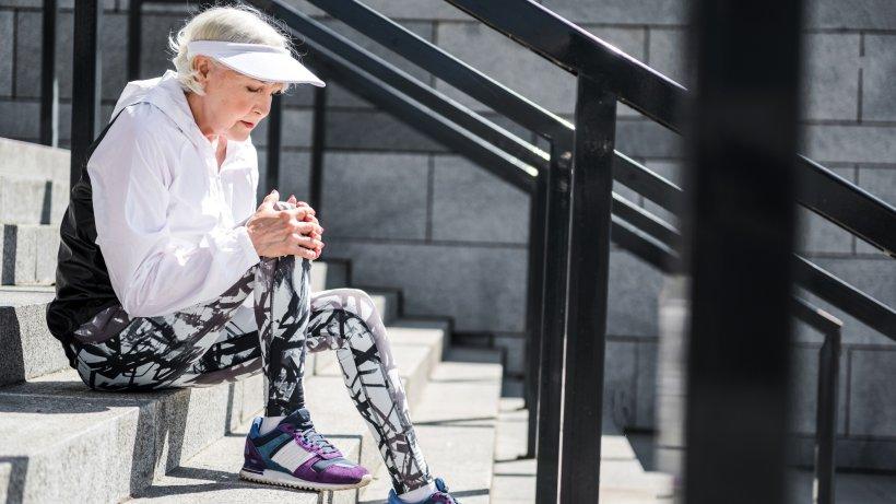 Knieschmerzen beim Beugen & Treppensteigen: Das hilft..