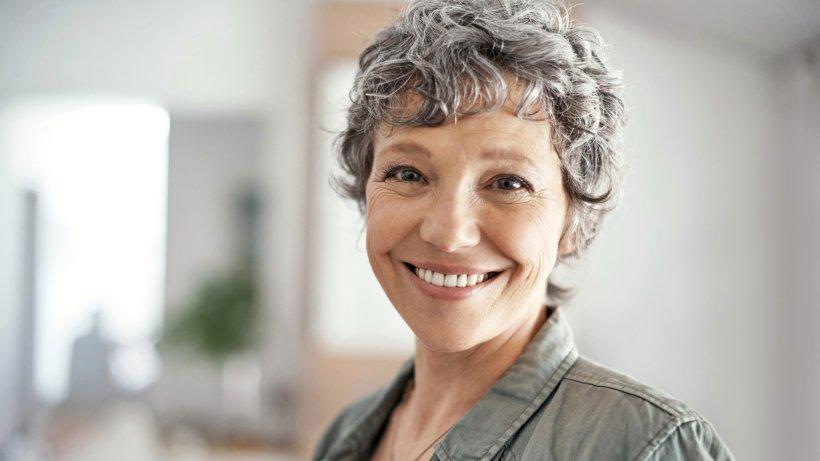 graue haare blo nicht f rben oder t nen sie sind trend bild der frau. Black Bedroom Furniture Sets. Home Design Ideas