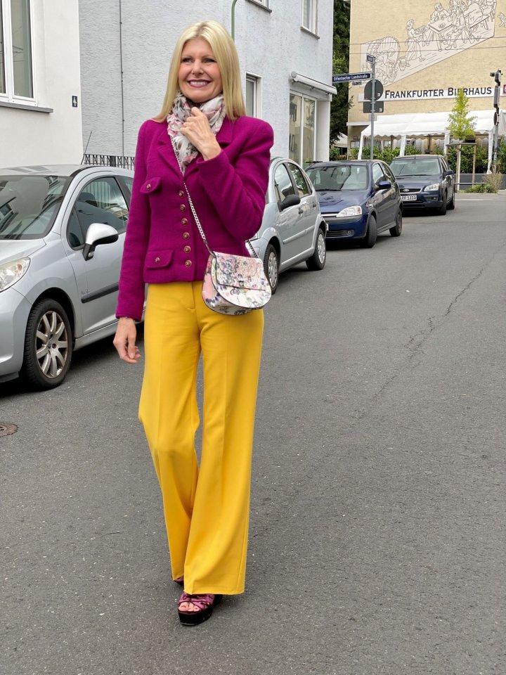 Im Herbst 2021 tragen wir Beere – sagt Renate Zott. In der Kombination darf es ruhig auch mal richtig knallen, wie hier mit Gelb.