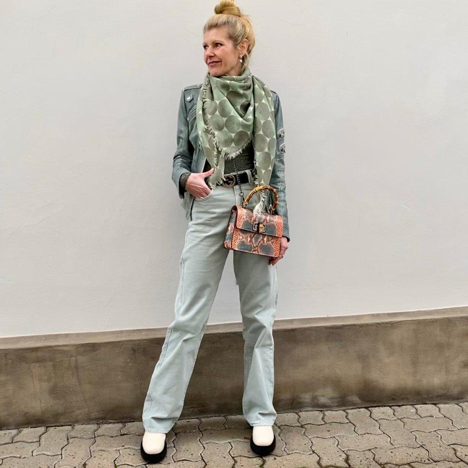 Lässig und bequem: Renate Zott in einer weiter geschnittenen High-Waist-Jeans.