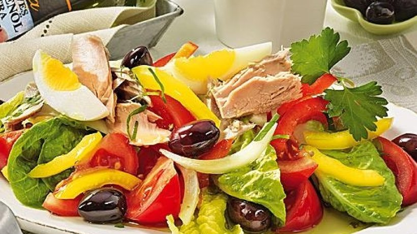 griechischer salat mit thunfisch bild der frau. Black Bedroom Furniture Sets. Home Design Ideas