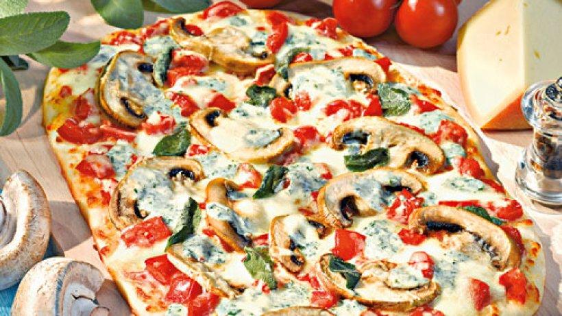 pizza mit pilzen und tomaten bild der frau. Black Bedroom Furniture Sets. Home Design Ideas