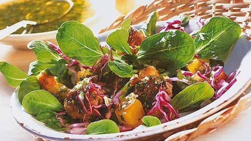 Feldsalat mit Rotkohl, Kürbis und Hackbällchen - Bild der Frau