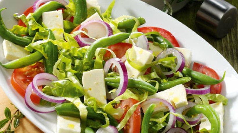 tomaten bohnen salat mit feta und kr uter dressing bild der frau. Black Bedroom Furniture Sets. Home Design Ideas