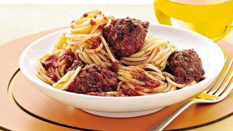 spaghetti mit fleischb llchen und tomatensauce bild der frau. Black Bedroom Furniture Sets. Home Design Ideas