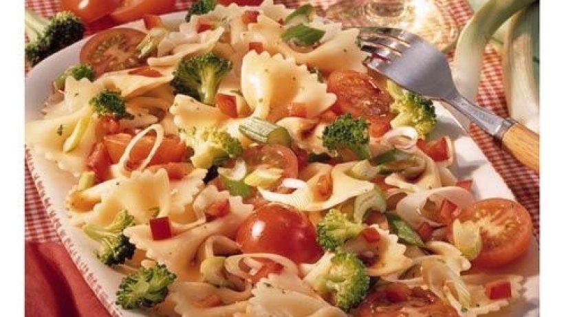 pasta salat mit gem se bild der frau. Black Bedroom Furniture Sets. Home Design Ideas
