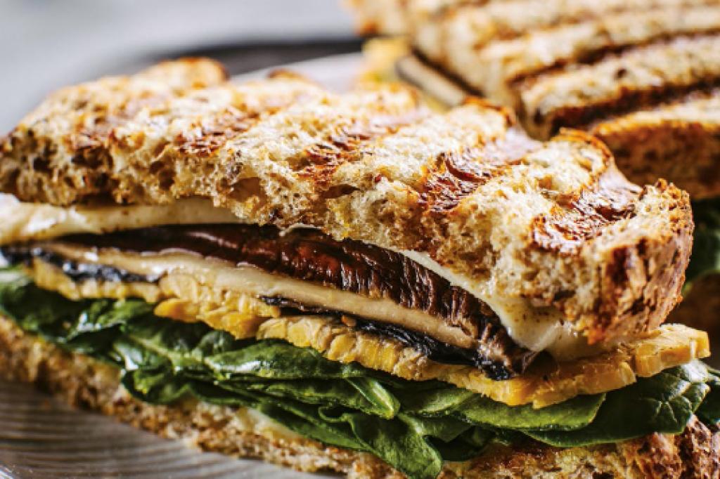 Vegane Eiweißbombe: Gegrilltes Sandwich mit Portobello-Pilzen und ...