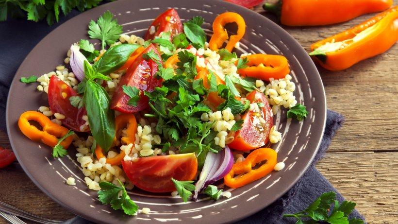 couscous salat einfache und schnelle couscous rezepte bild der frau. Black Bedroom Furniture Sets. Home Design Ideas
