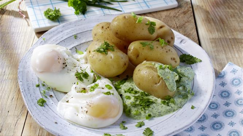 Kartoffeln mit gr ner so e und pochiertem ei - Ei kochen mit eierkocher ...
