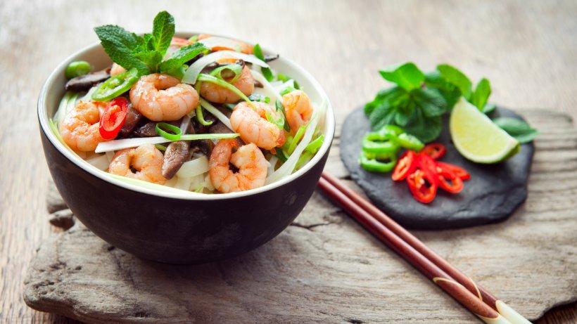 schnelle chinesische suppe mit reisnudeln und scampi bild der frau. Black Bedroom Furniture Sets. Home Design Ideas
