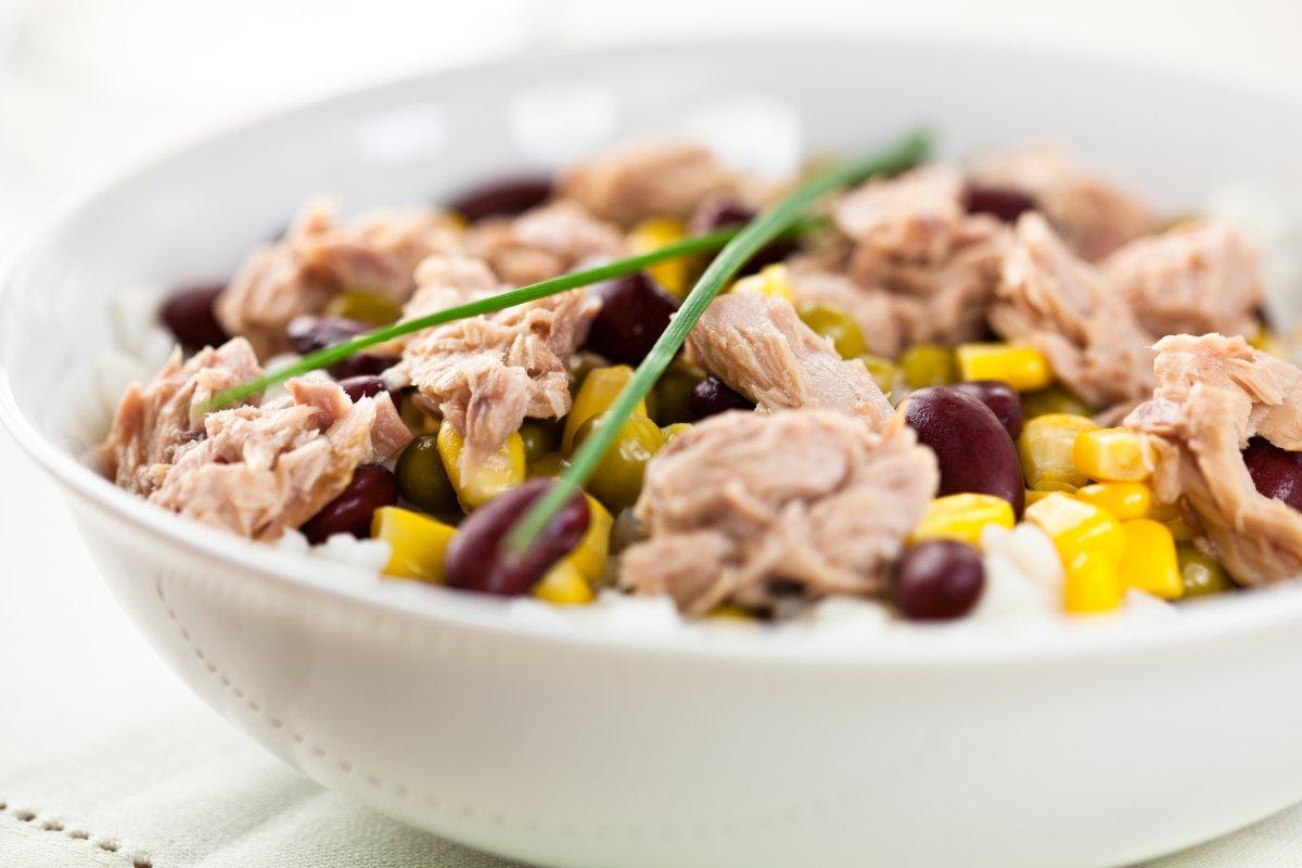 Thunfischsalat: Schnelles Rezept mit Reis, roten Bohnen & Mais