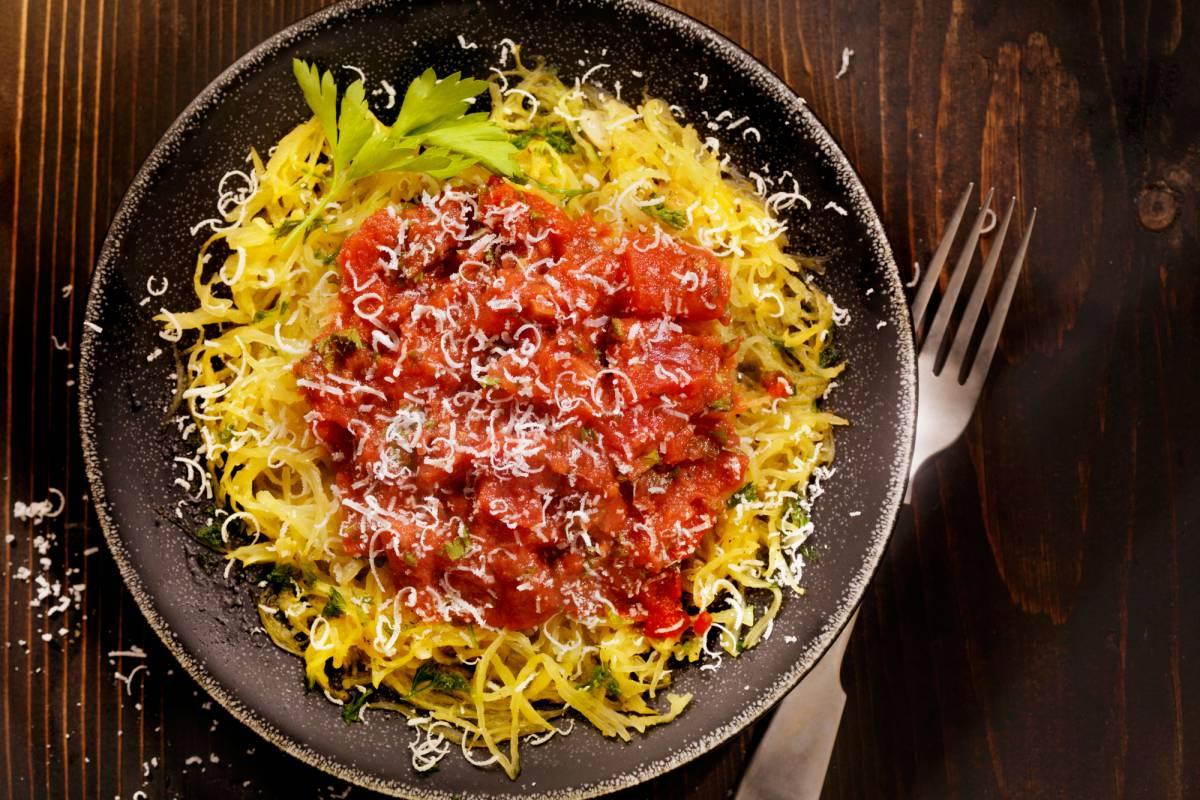 Spaghettikürbis Mit Feuriger Tomatensauce Bildderfraude