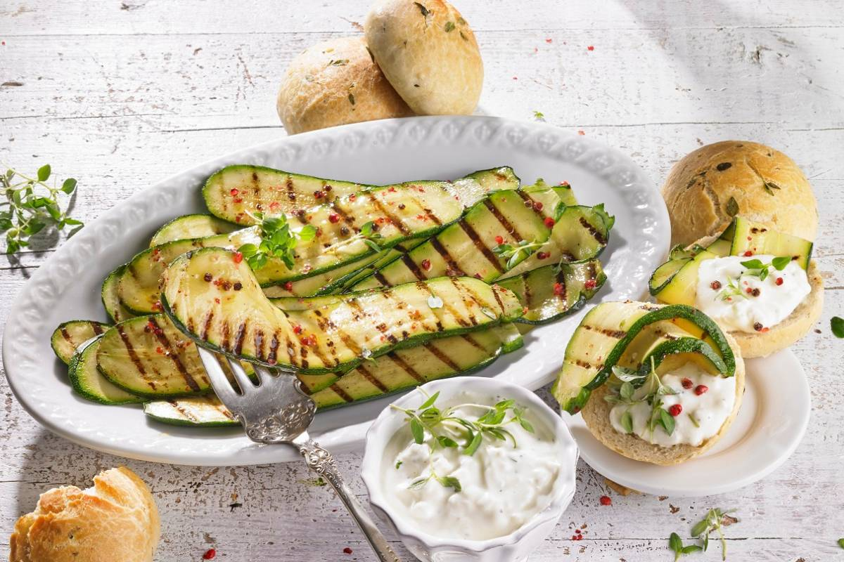 Marinierte Zucchini Grillrezept Mit Schafskäsesauce Brötchen