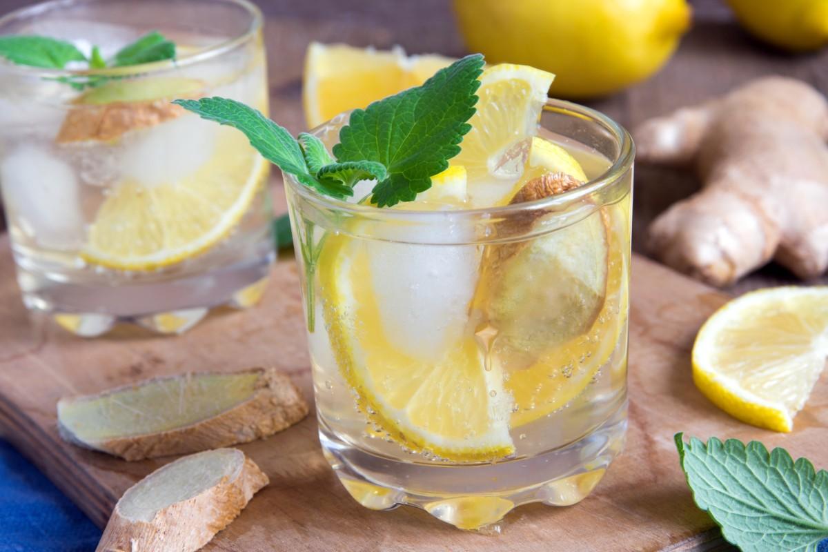Zitronensaft mit Minze zur Gewichtsreduktion