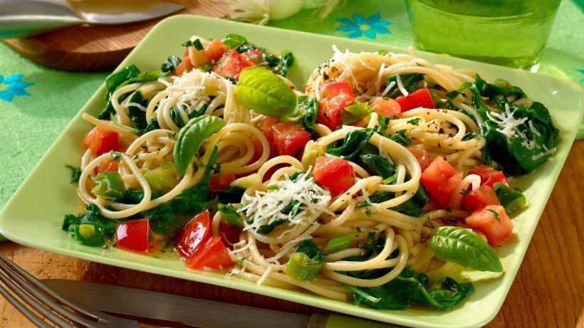 spinat kr uter spaghetti schnelles pasta rezept. Black Bedroom Furniture Sets. Home Design Ideas