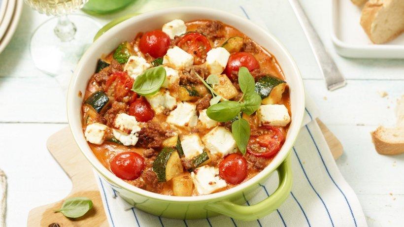 Köstlicher Zucchiniauflauf mit Hackfleisch, Tomaten & Feta