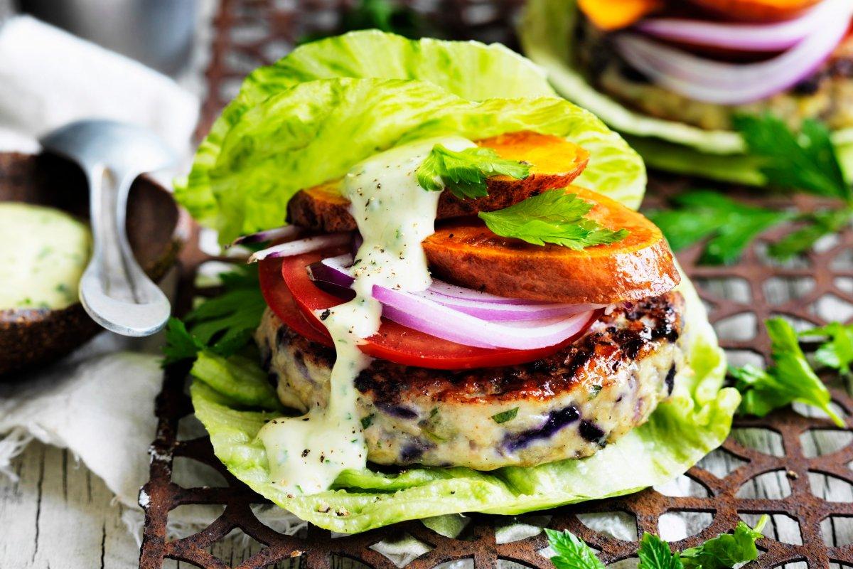Rezept: Fisch-Gemüse-Burger im Salatblatt