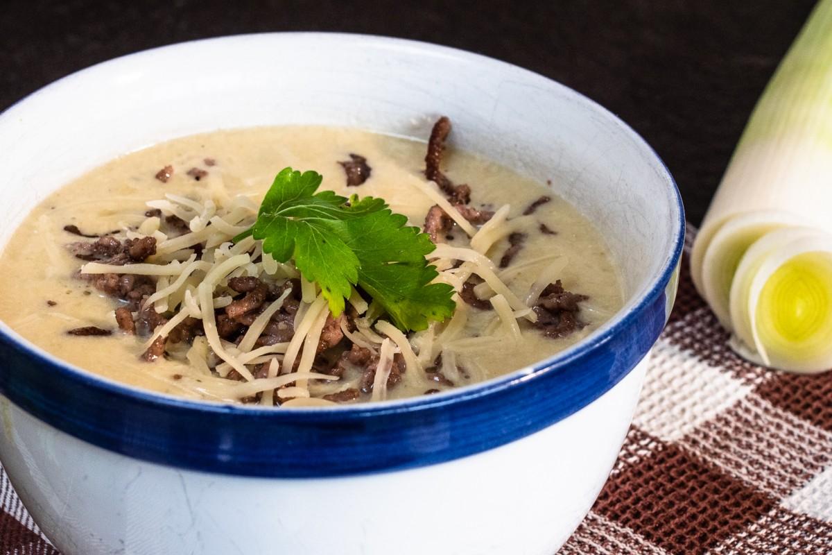 Leichtes Rezept für Käse-Lauch-Suppe mit Hackfleisch