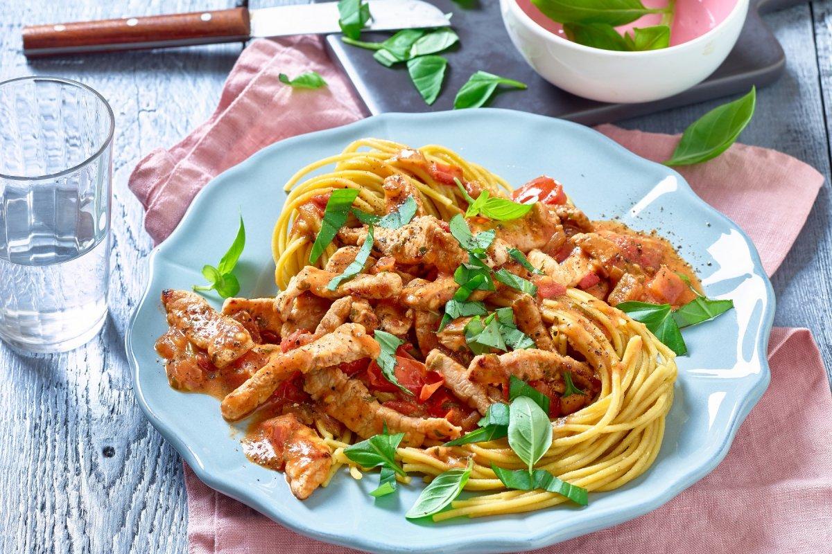 Diät: Gelbe-Linsen-Spaghetti mit Schnitzel und Basilikum