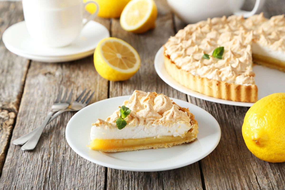 Zitronenkuchen mit Baiserhaube: Rezept für den Sommer