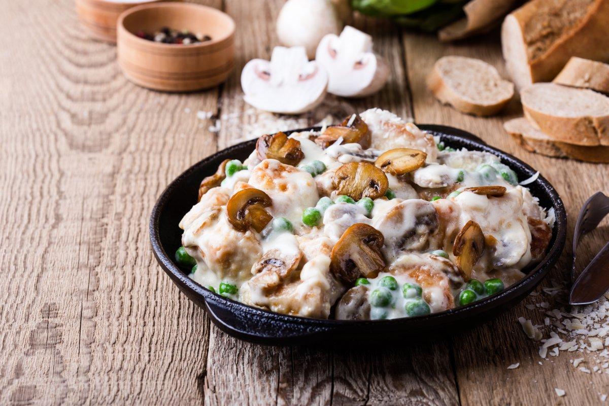 Hähnchengratin mit Pilzen & Erbsen: Low-Carb-Rezept zum Genießen